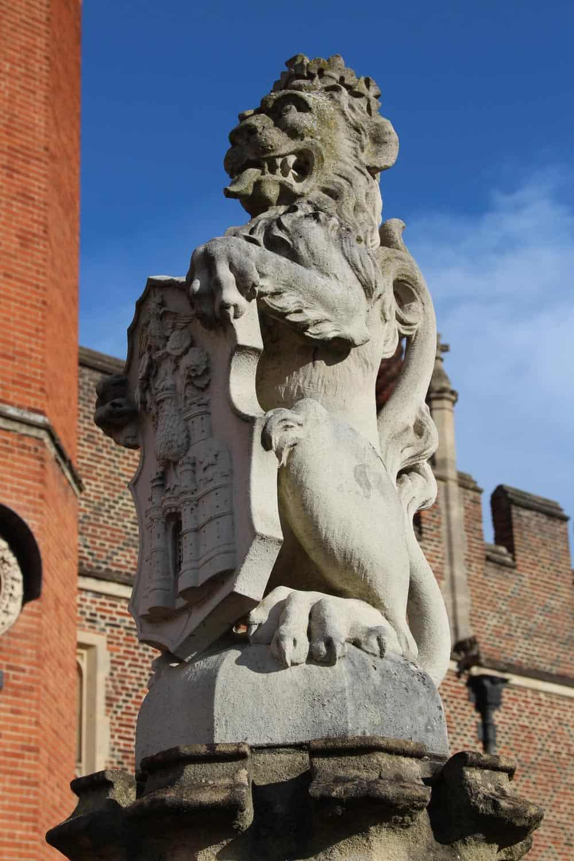 queen-beast-statue-lion-england-hampton-court-palace