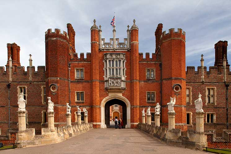queen-beasts-hampton-court-palace-entrance